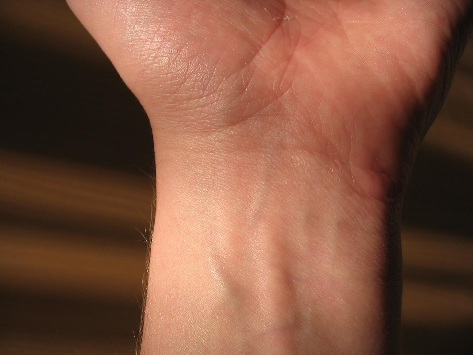 Фото руки девушки с внутренней стороны