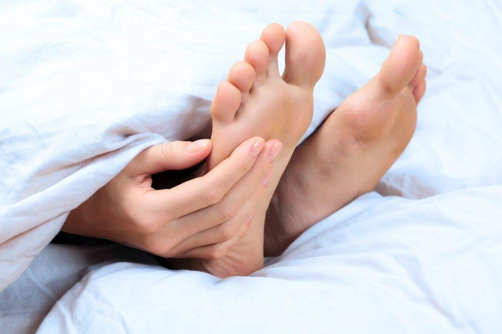 Подкожные бородавки на стопе: лечение, удаление, причины и симптомы